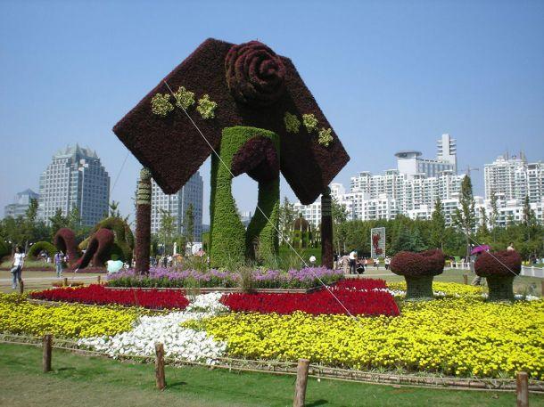На момент посещения мной данного парка там проходила выставка скульптур из цветов и кустов. В этом мероприятии приняли участие более 10 стран, жаль, что России в их числе не оказалось. Участвовали такие страны, как Китай, США, Канада, Франция, Япония и многие другие.