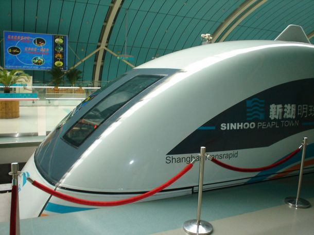 Поезд на магнитной подушкек (монорельс). Китай. Шанхай